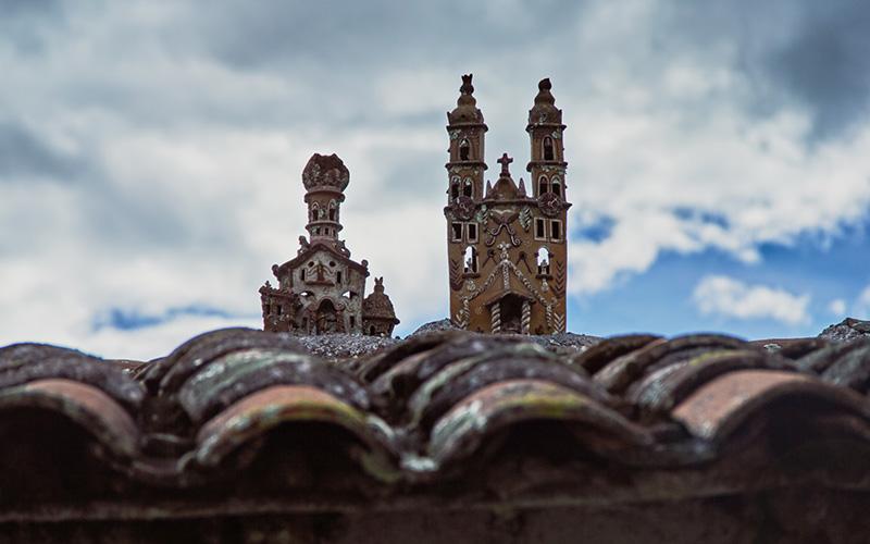 Arte Cerámico de Iglesias en los techos de casas en Ayacucho