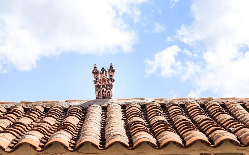Arte cerámico en los techos de casas en Ayacucho