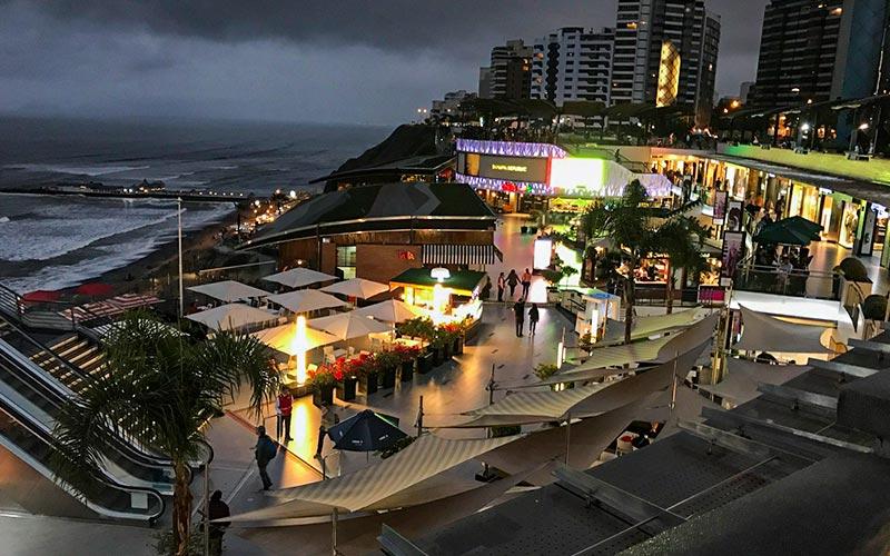 Larcomar de noche Centro comercial de Lima Perú
